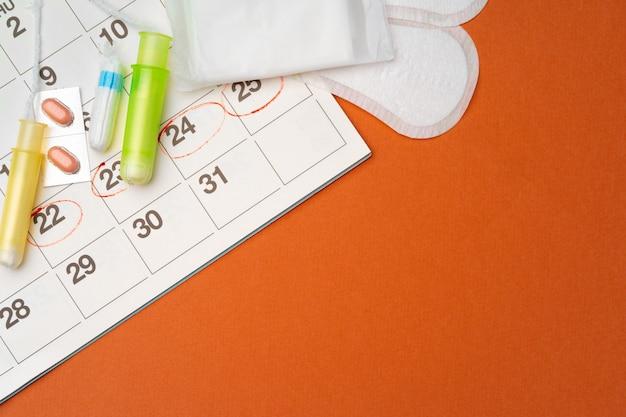 生理用ナプキンとタンポン、丸薬上面図の月経カレンダー