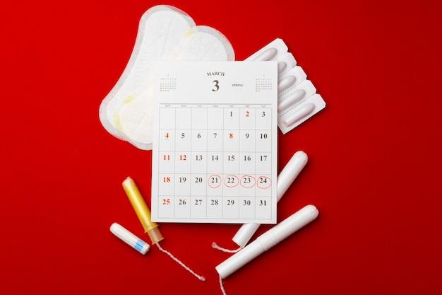 生理用ナプキンとタンポン、ピルを備えた月経カレンダー