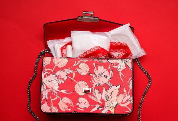 여성의 월경. 패드와 탐폰이있는 가방