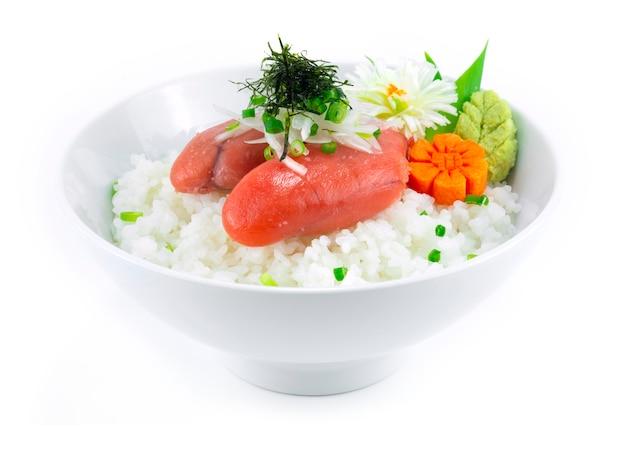 Ментаико дон на луке и морских водорослях. японская икра тара треска. васаби. хороший вкус.