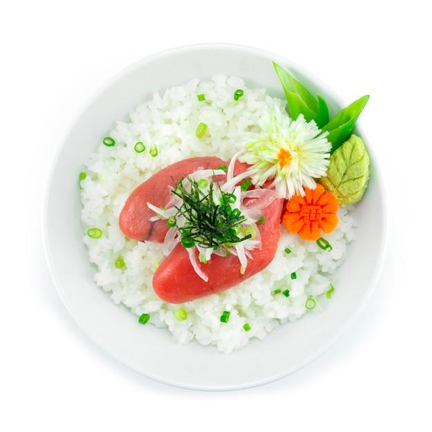 Ментаико дон на луке и водорослях. японская икра тара треска. подается в васаби. хороший вкус. японская еда. украшение в стиле фьюжн.