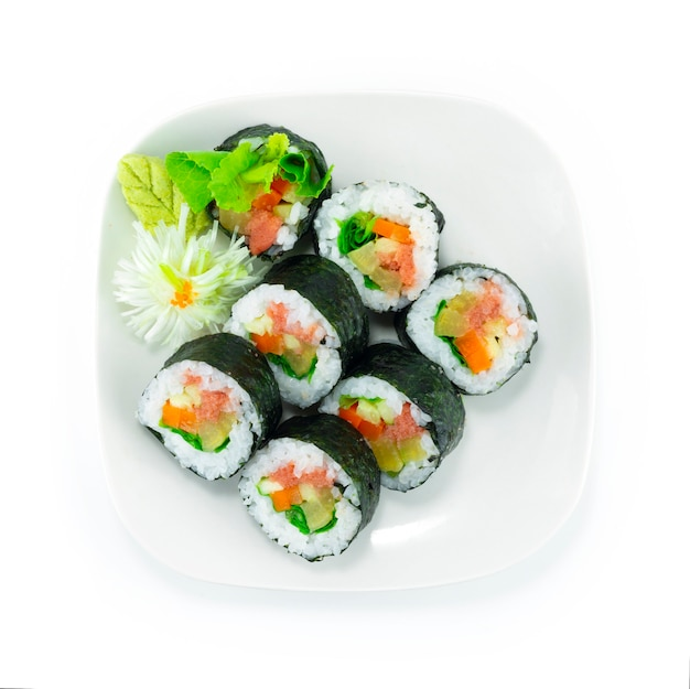 Ментаико ролл маки суши блюдо японская тара коед икра с начинкой с овощами японская еда в стиле фьюжн украшение резная гроздь в форме цветка лука вид сверху