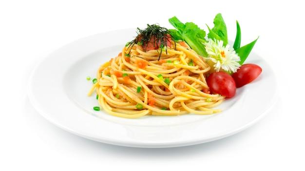 Ментаико спагетти сливочный соус ментаико на вершине ментаико икра трески и водоросли японская тара хороший вкус украшение в стиле фьюжн в японской кухне резной лук и овощи, вид сбоку