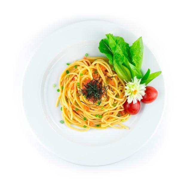 Ментаико спагетти сливочный соус ментаико на вершине икра трески и водоросли ментаико тара по-японски хороший вкус украшение в стиле фьюжн в японской кухне резной лук и овощи вид сверху