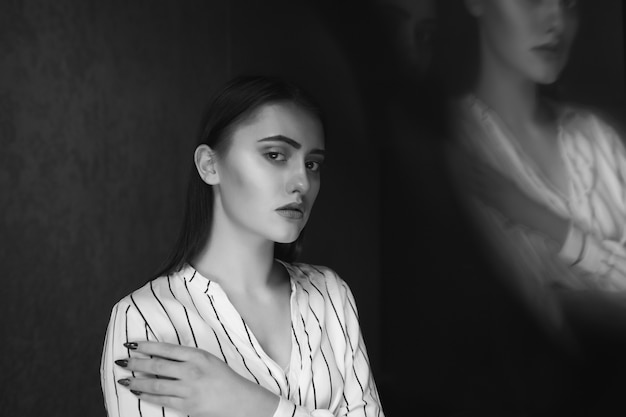 精神疾患の概念;若い愛らしい女性は孤独と悲しみを経験します。テキスト用のスペース Premium写真