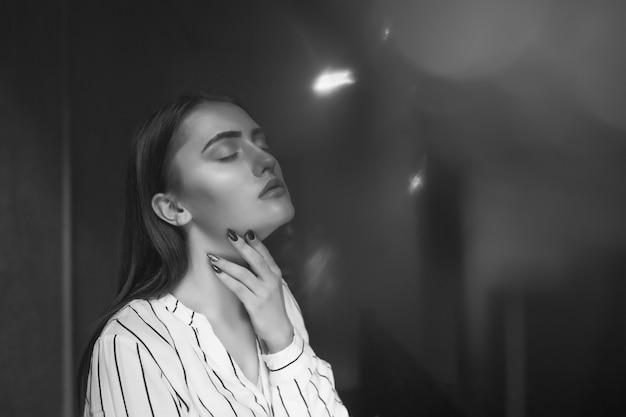 精神疾患の概念;若いゴージャスな女性は孤独と悲しみを経験します。テキスト用のスペース
