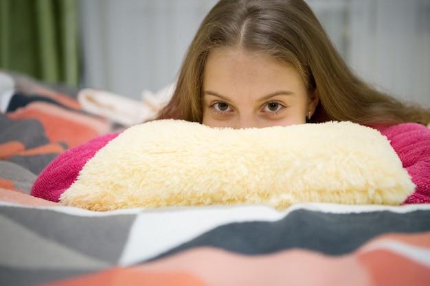 정신 건강과 긍정. 어린이를 위한 무료 가이드 명상 및 이완 스크립트. 소녀 어린 아이는 집에서 휴식을 취합니다. 자기 전 저녁 휴식. 육아 개념입니다. 즐거운 시간 휴식.