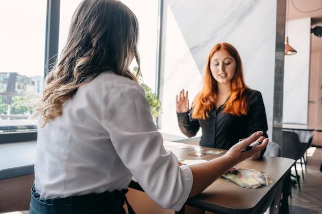 女性心理学者とクライアント心理療法またはトークのメンタルヘルスコンセプトコミュニケーションセッション