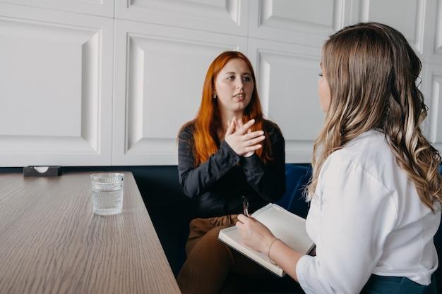 Концепция психического здоровья. сеанс общения женщины-психолога и клиента. психотерапия