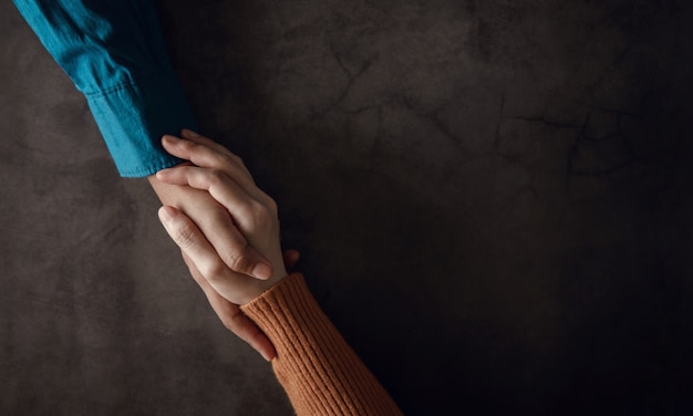 メンタルヘルスのコンセプト。一緒に励ますための快適な手のタッチを作るカップル。