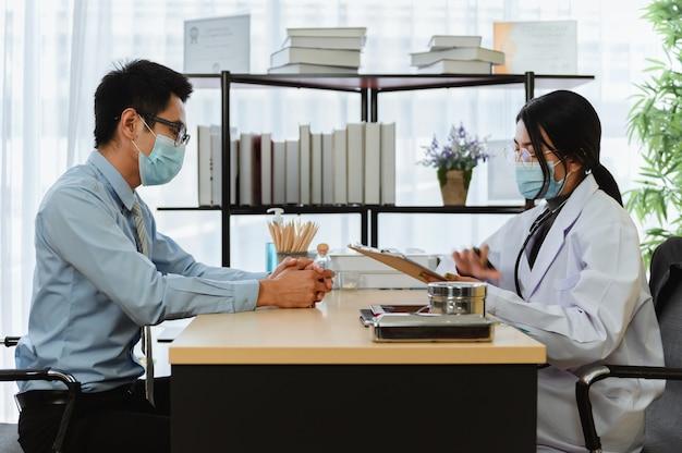 정신 건강. 심리학자는 환자에게 조언합니다. 태국, 아시아에서 코로나바이러스 또는 코비드-19 실직 동안 경제 문제의 실업. 병원에서 일하는 의사.