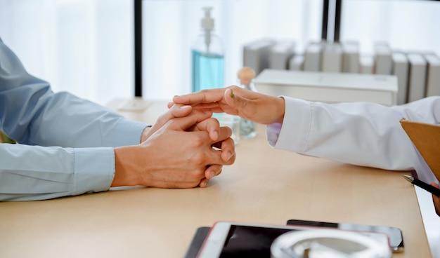 メンタルヘルス。心理学者は患者に助言します。タイ、アジアでのコロナウイルスまたはcovid-19の失業中の経済問題の失業。
