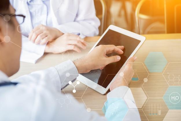 정신 건강, ptsd 및 자살 예방. 외상 후 스트레스 장애. 태블릿에서 작업 하는 의사