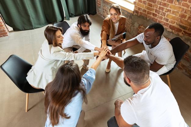 젊은 여성 의사와 이야기하는 정신 문제 사람들은 검진 의료 상담에서 환자를 돕습니다