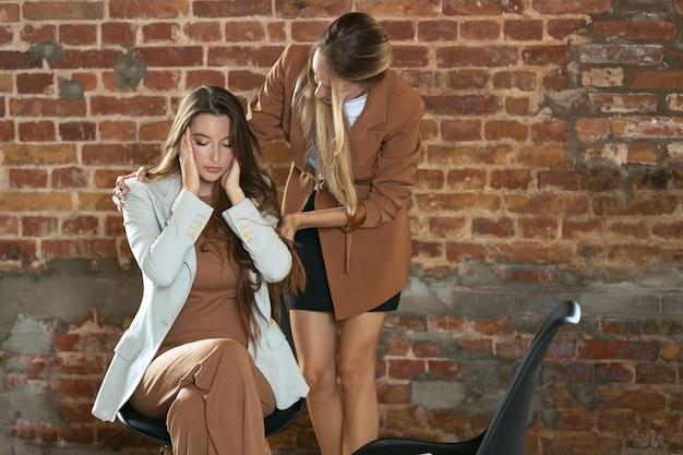 젊은 여성 의사와 상담하는 정신 문제 여성은 검진 의료 상담에서 환자를 돕습니다.