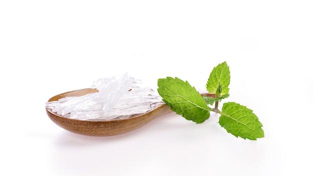 メンソールクリスタルとミントの葉が白で分離