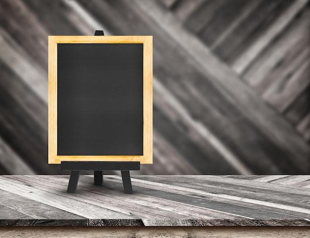 斜め木製のメニュー黒板