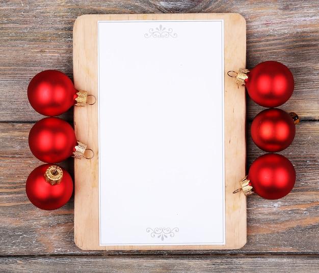 木の板の背景にクリスマスの装飾とメニューボード