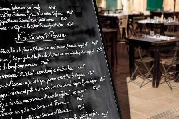 メニューボードとパリのレストラン