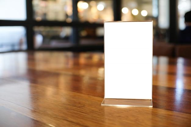 バーレストランカフェの木製テーブルの上に立ってテキストマーケティングプロモーションのメニューフレームスペース