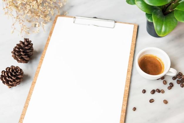入力デザインリストのテキストのためのレストランでのコーヒーカップとメニュー紙モックアップ。