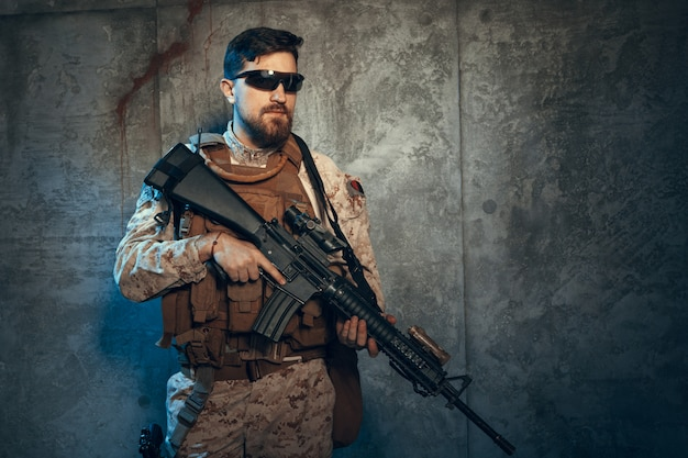 軍服の若い男が現代のmerc兵
