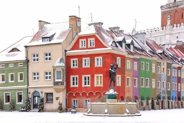눈 덮인 겨울 날, 포즈 난에 올드 타운의 올드 마켓 스퀘어에있는 상인 주택과 분수