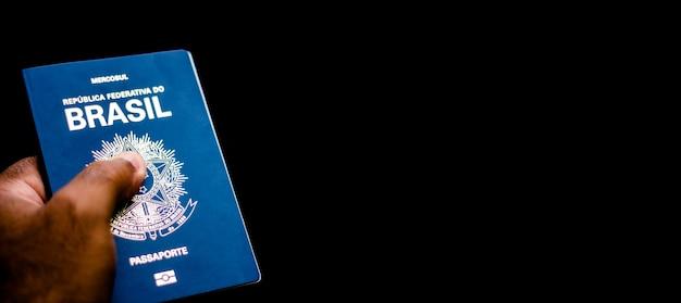 Новый паспорт федеративной республики бразилия - паспорт mercosur на черном фоне - важный документ для зарубежных поездок.