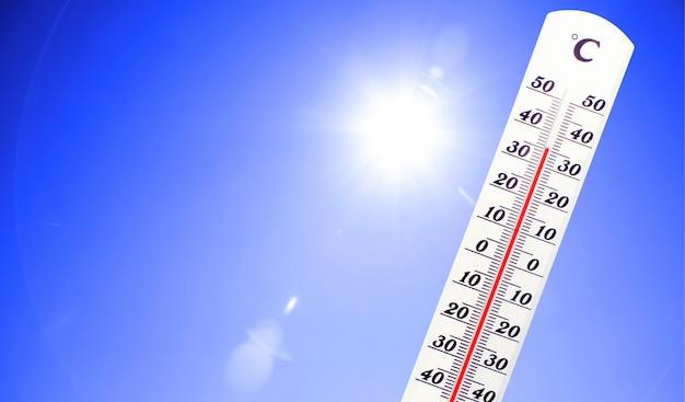 수은 온도계. 여름 더위 또는 지구 온난화 기후 변화 개념.