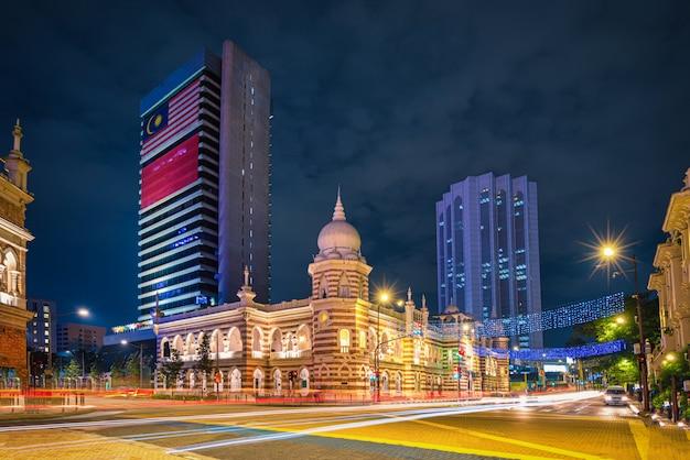 Площадь мердека в центре города куала-лумпур ночью в малайзии
