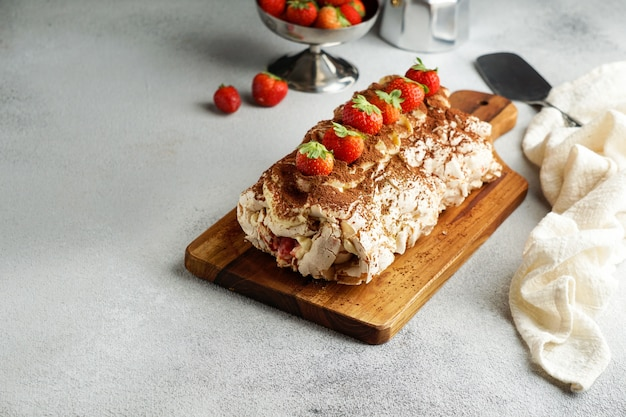 Meringua roullade:クリームと新鮮なイチゴを巻きます