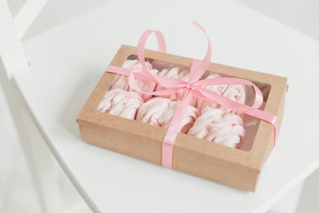 흰색 테이블에 리본으로 장식 된 머랭 상자 맛있는 음식