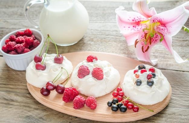 新鮮なベリーのメレンゲケーキ