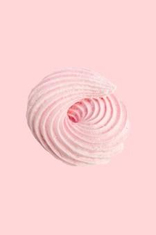 Безе конфеты розовый пастельный крем на светло-розовом фоне. Premium Фотографии