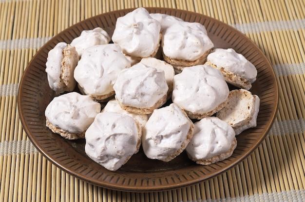 竹ナプキンのプレートにナッツが入ったメレンゲクッキー
