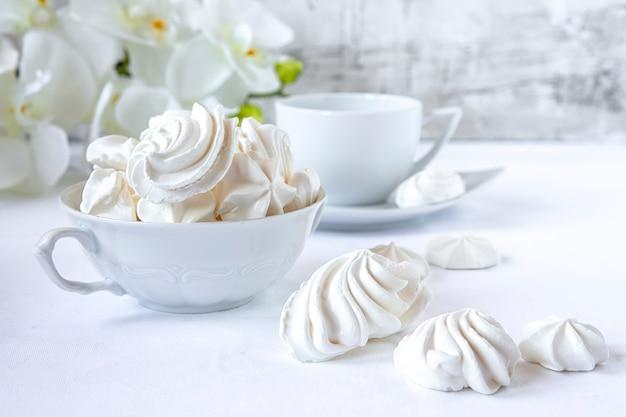 Безе. белковый сахарный пирог для чая или кофе. светлый фон. белое утро. конфеты