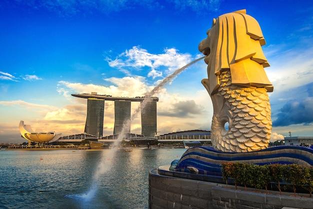 Статуя мерлиона и городской пейзаж в сингапуре.