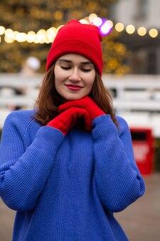 クリスマスフェアで歩く陽気なブルネットの女性