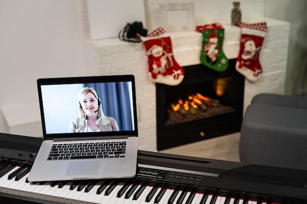 メリークリスマスとハッピー。クリスマスの時期に新しいピアノとラップトップ