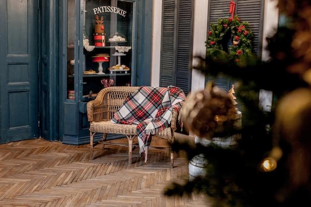 С рождеством и праздником. красивая гостиная украшена на рождество.