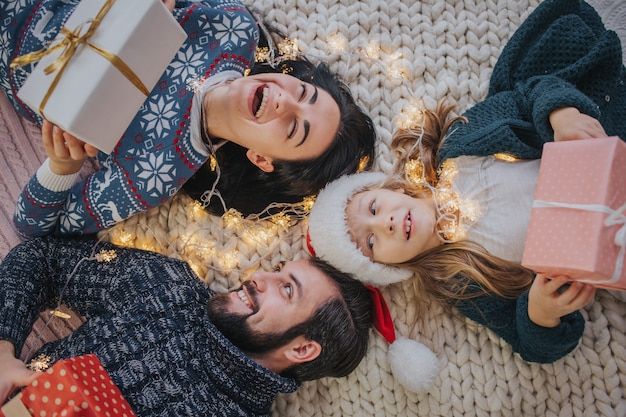 메리 크리스마스와 해피 홀리데이 명랑 어머니