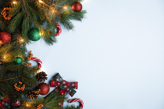 メリークリスマスとハッピーホリデーグリーティングカードクリスマスオーナメントと明るい背景のギフト上面図冬のクリスマスホリデーテーマフラットレイ水平クリスマスポスターグリーティングカードウェブサイト