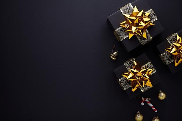 メリークリスマスとハッピーホリデーのグリーティングカード、フレーム、バナー。黒の背景。