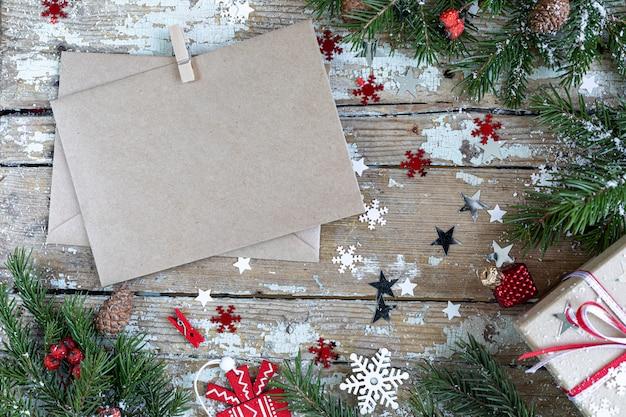 メリークリスマスと幸せな休日のグリーティングカード、フレーム、バナー。新年。木製の背景に雪で幸せな新年カード。冬のクリスマスの休日のテーマ。フラット横たわっていた。
