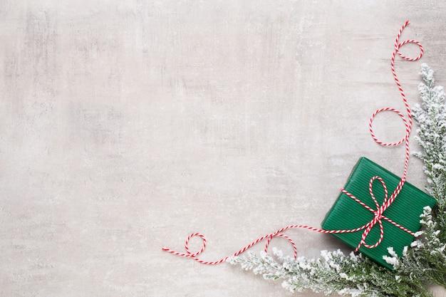 기쁜 성 탄과 해피 홀리데이 인사말 카드, 프레임, 배너. 새해. 크리스마스 축가. 실버 크리스마스 선물, 파란색 배경 평면도에 장식품. 겨울 휴가 크리스마스 테마. 평평하다.