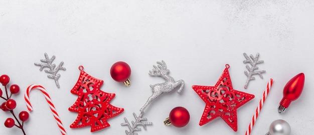 메리 크리스마스와 해피 홀리데이 인사말 카드, 프레임, 알람 시계, 은색 및 빨간색 장식품 및 선물이 있는 배너. 평면 위치, 복사 공간 - 이미지