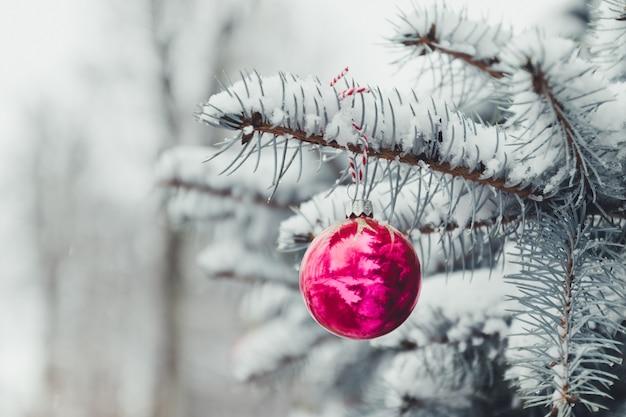メリークリスマスとハッピーホリデーグリーティングカードまたはバナー、装飾された赤いおもちゃボールクリスマスツリー。新年。