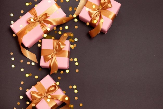 暗い背景にクリスマスゴールデンギフトとメリークリスマスとハッピーホリデーグリーティングカード
