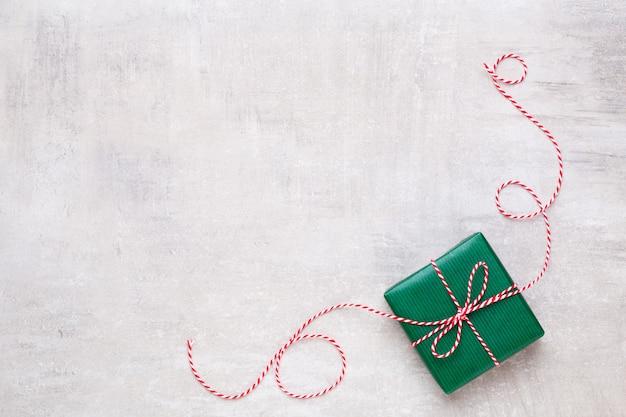 메리 크리스마스와 해피 홀리데이. 새해. 크리스마스 축가. 실버 크리스마스 선물, 파란색 배경 평면도에 장식품. 겨울 휴가 크리스마스 테마. 평평하다.