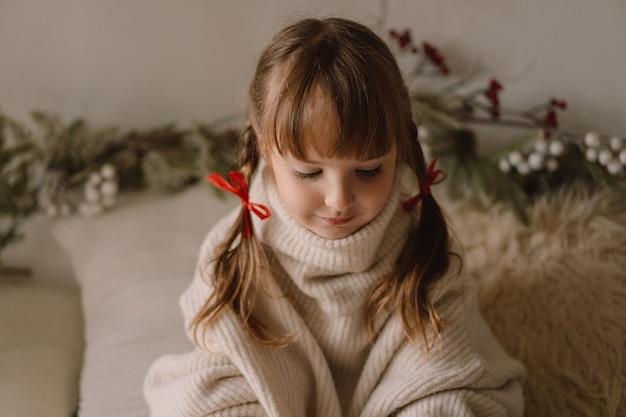 메리 크리스마스, 해피 홀리데이. 집에서 여자의 초상화입니다. 크리스마스를 기다리고 있습니다.